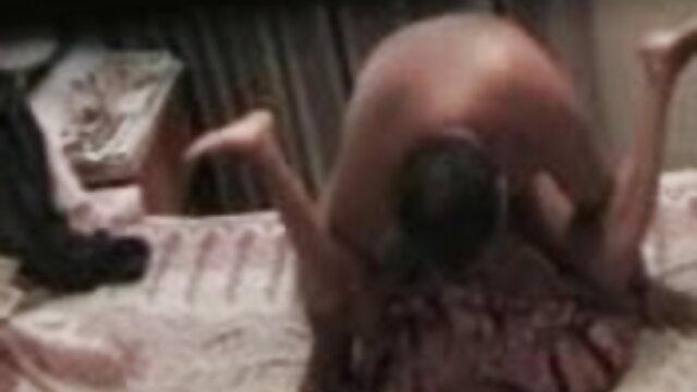 क्यूट लड़की witl डिल्डो खेलता है। फुल एचडी फिल्म सेक्सी